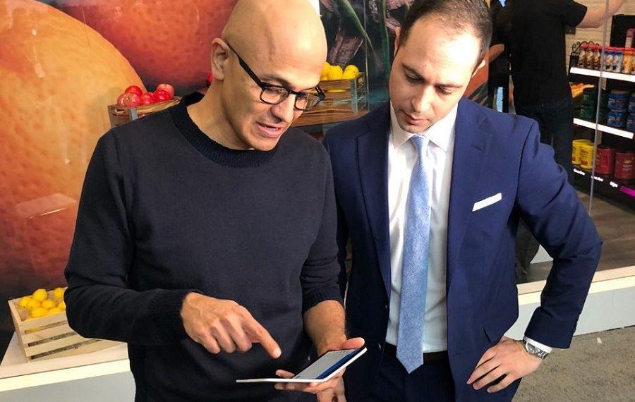 Сатья Наделла показал Surface Duo главному редактору Yahoo Finance