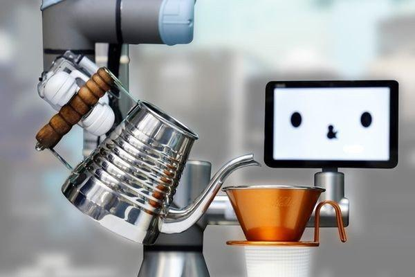 В Японии приступил к работе первый робот-бармен